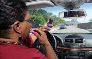maquillage et téléphone portable au volant